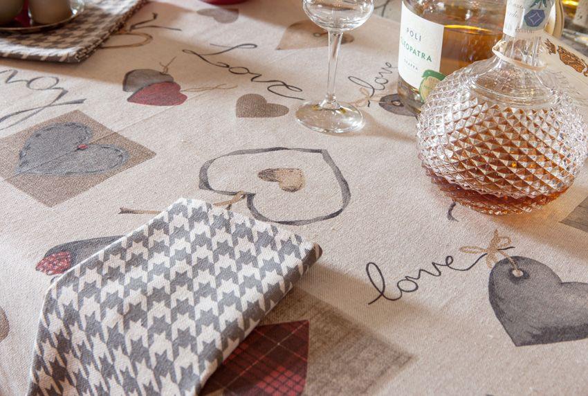 Moderne Tischwäsche mit einer Oberflächenbeschichtung trägt zu einer harmonischen Tischgestaltung bei