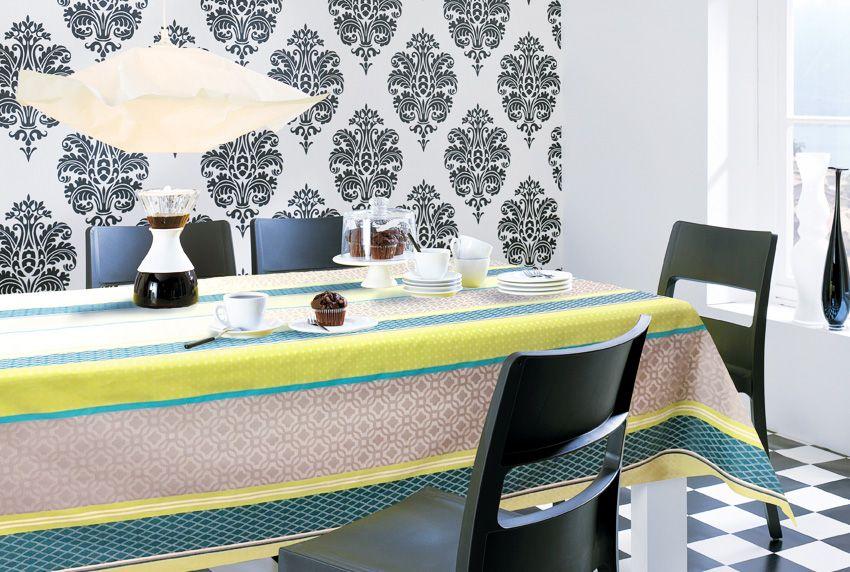 Bei Tapeten sowie Inneneinrichtungsstoffen und Tischdecken sind heute unterschiedliche Stilrichtungen von Musterungen und Farben erhältlich