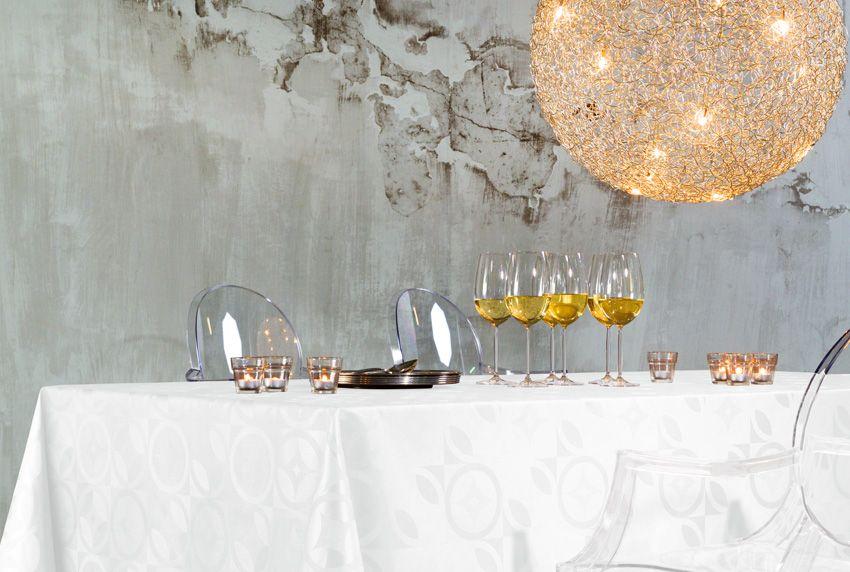 Weniger ist manchmal mehr - werden im Wohnbereich opulente und luxuriöse Dekoartikeln verwendet - sollte man auf dezentere Tischtücher setzen