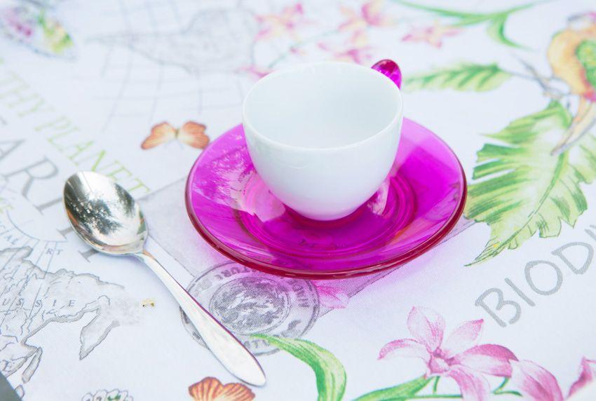 Farbenfrohe Tischdecken aus Wachstuch oder beschichteter Baumwolle mit Blumenmustern sorgen für gute Laune