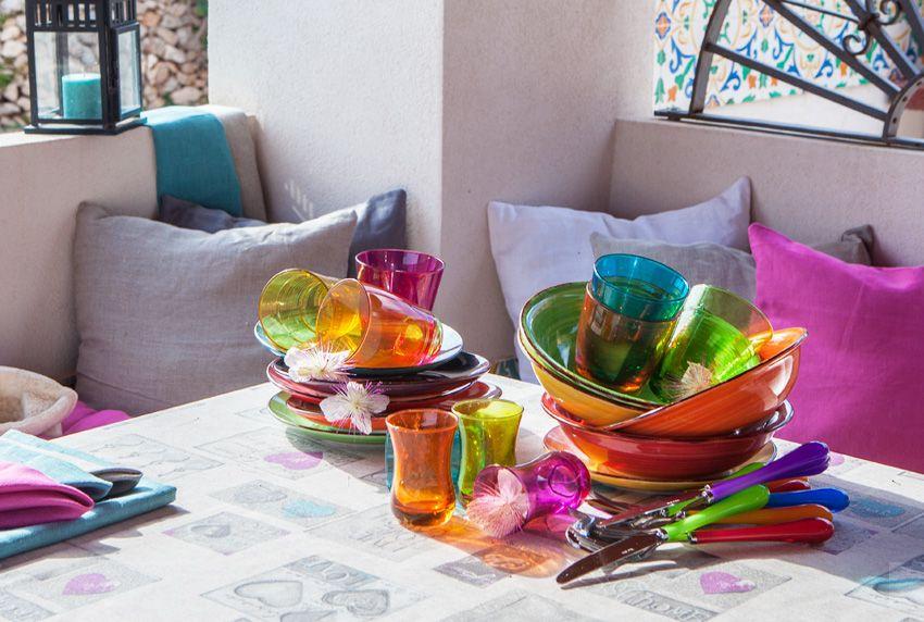 Alles bunt und in leuchtenden Farben passende moderne Tischdecken gehören dazu