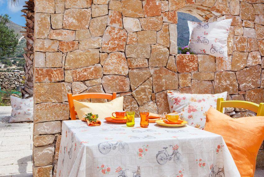Mediterrane Farben und dezente Musterungen auf beschichteten Tischdecken die wetterfest sind