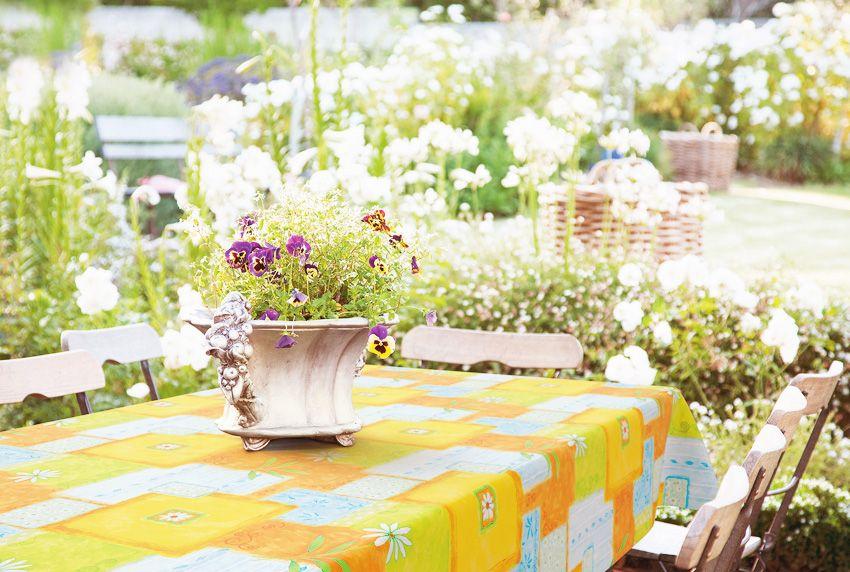 Robuste Tischdecken die im Außenbereich dauerhaft auf dem Tisch bleiben können - setzen farbige Akzente
