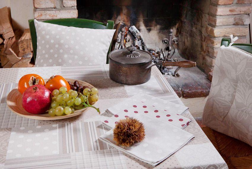 Tischdecken erfüllen nicht nur dekorative Zwecke - sie schützen auch den schönen Tisch vor Beschädigungen und Verunreinigungen