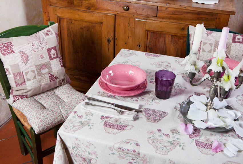 Alltagstaugliche pflegeleichte Tischdecken in besonderen Farben und passenden Mustern sowie mit besonders praktischer Fleckschutzausrüstung