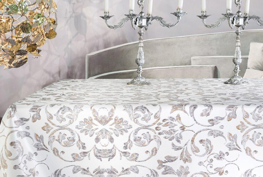 Silberne und goldene Farbtöne auf hellen Tischdecken mit glatter Oberfläche passen zum barocken Einrichtungsstil