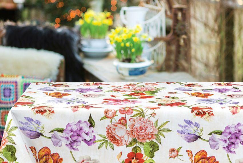 Opulente Blumenmuster großflächig auf den abwaschbaren Tischdecken verteilt - Ein echter Hingucker