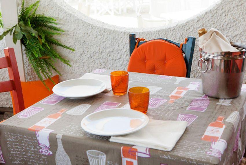 Beschichtete Baumwoll-Tischdecken mit Motivdrucken können geschmackvoll mit der Umgebung kombiniert werden