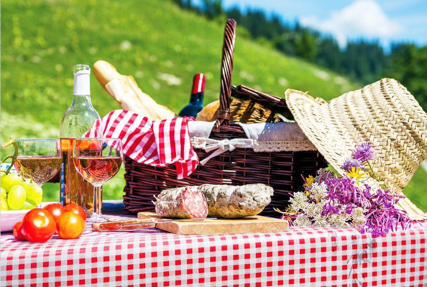 Zeitlose karierte Tischwäsche für drinnen und draußen - beschichtete Tischtücher aus Baumwollstoffen und Wachstuch sind beliebt in der Gastronomie