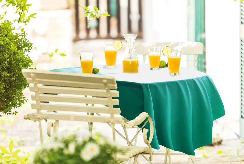 Rustikale Sitzmöbel und Tische sind nicht nur in der Gastronomie voll im Trend - die Tischflächen sollten mit passenden Tischdecken geschützt werden